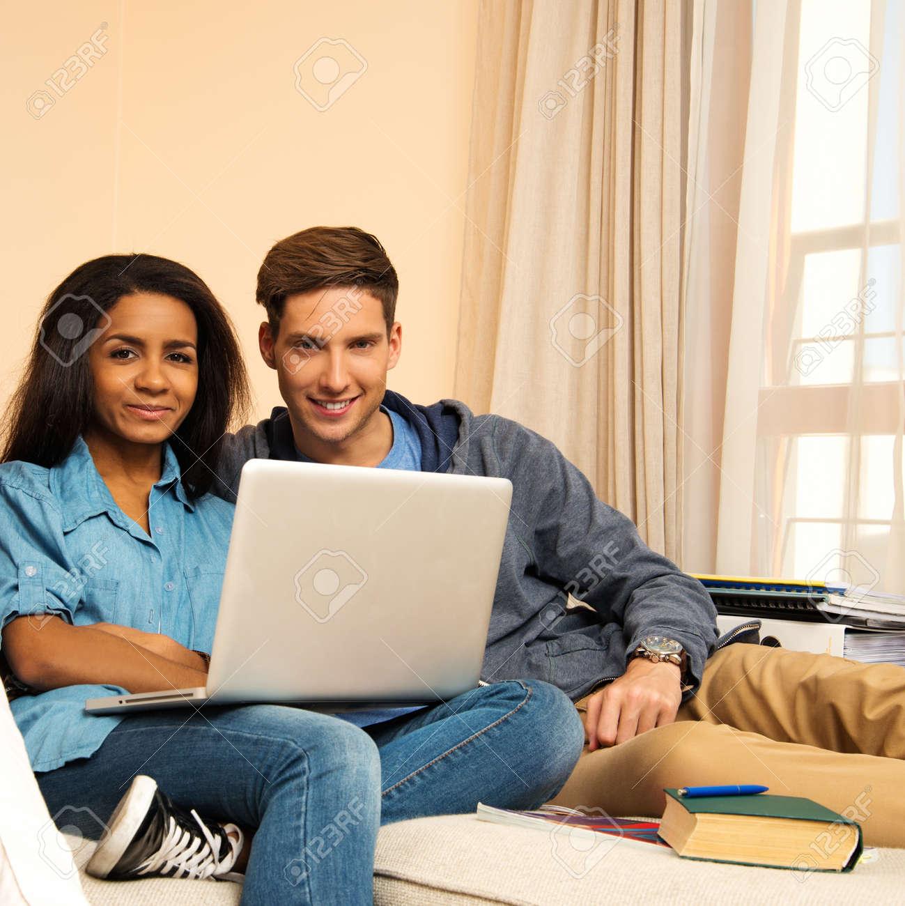 Jeune Plusieurs Etudiants Ethniques Couple De Preparer Pour Les