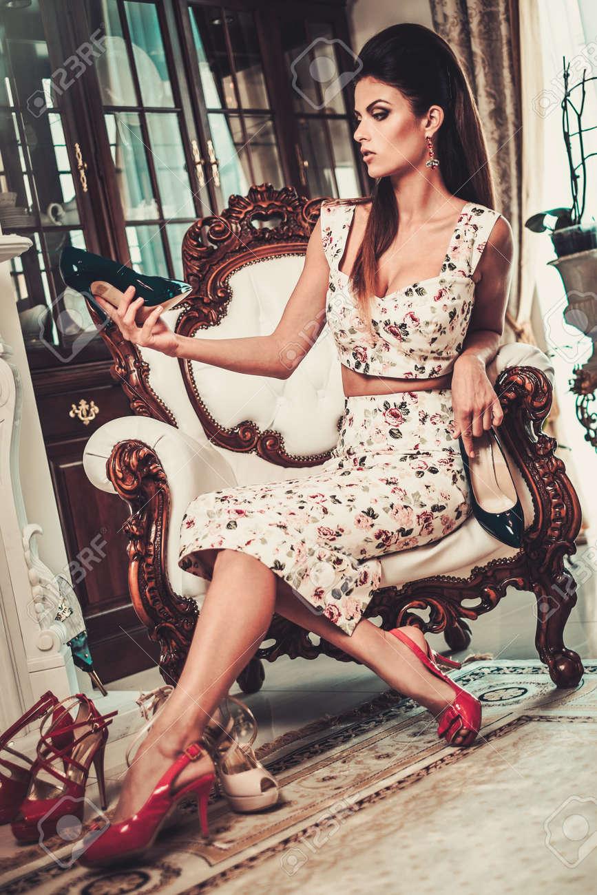 Belle Choisir Femme Choisir Belle Chaussures à La Maison Intérieur De Luxe Banque 7a1070