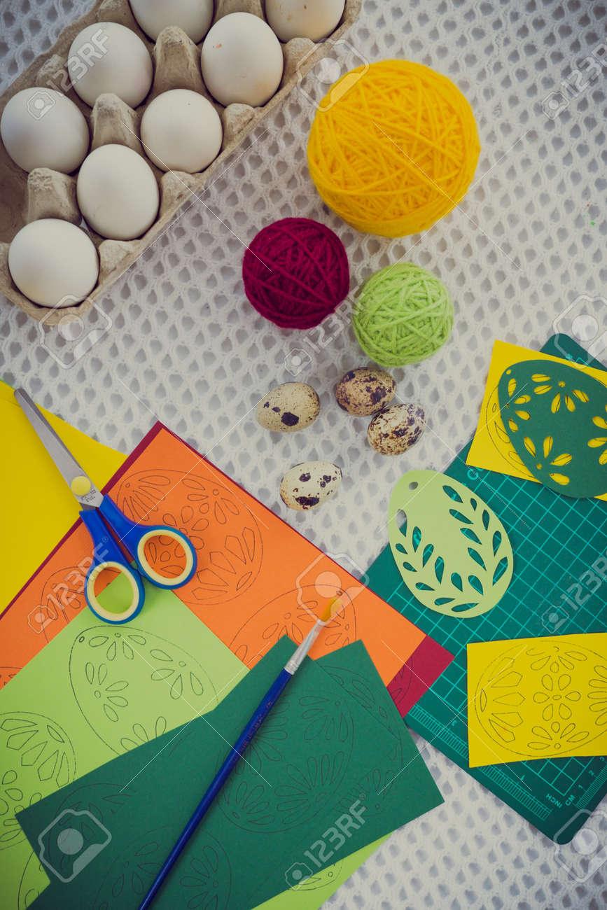 Banque d\u0027images , Close,up de Pâques peinture d\u0027oeufs et de décoration des  outils.