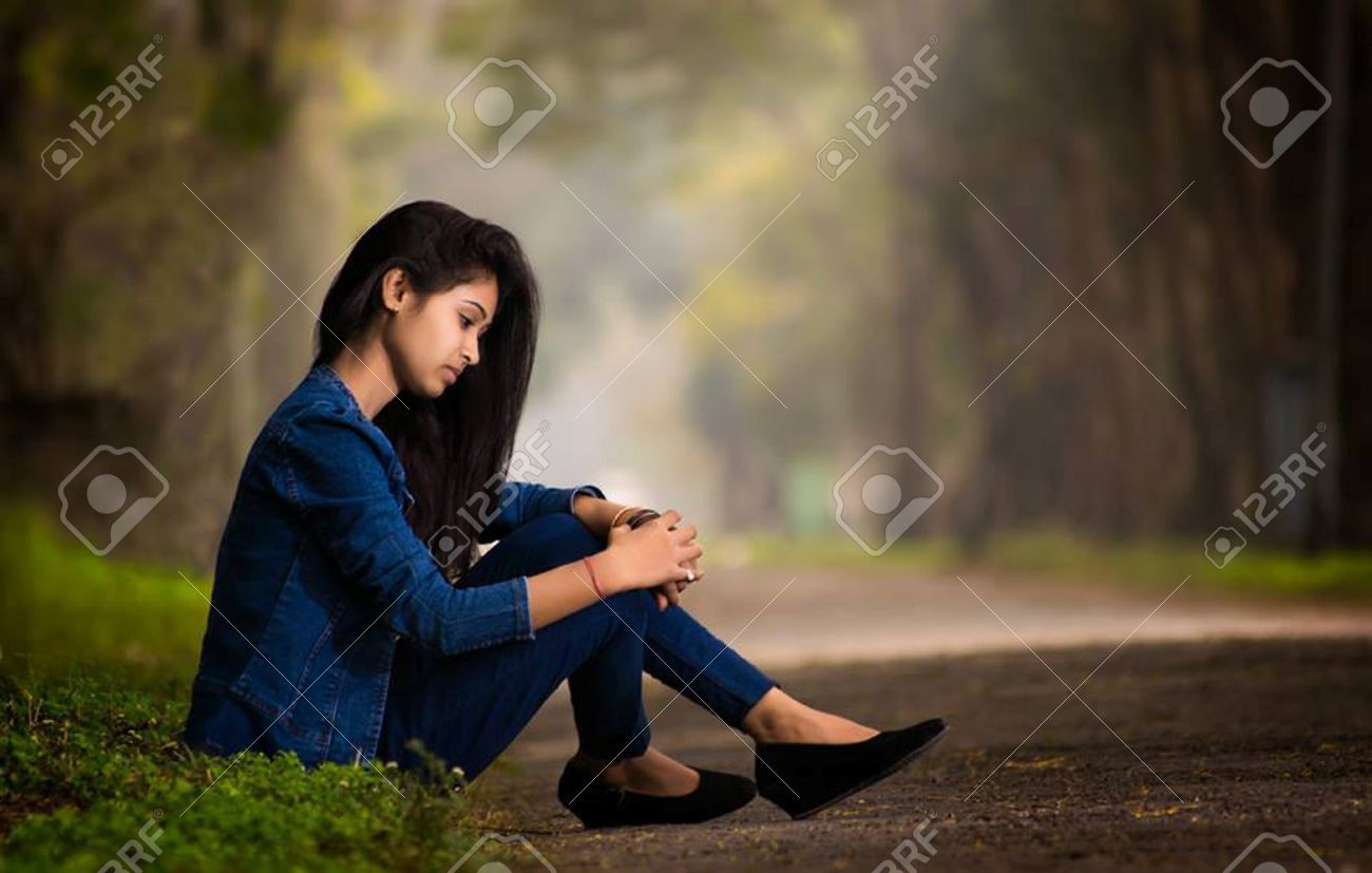 Alone girl waiting for Stock Photo - 37217862