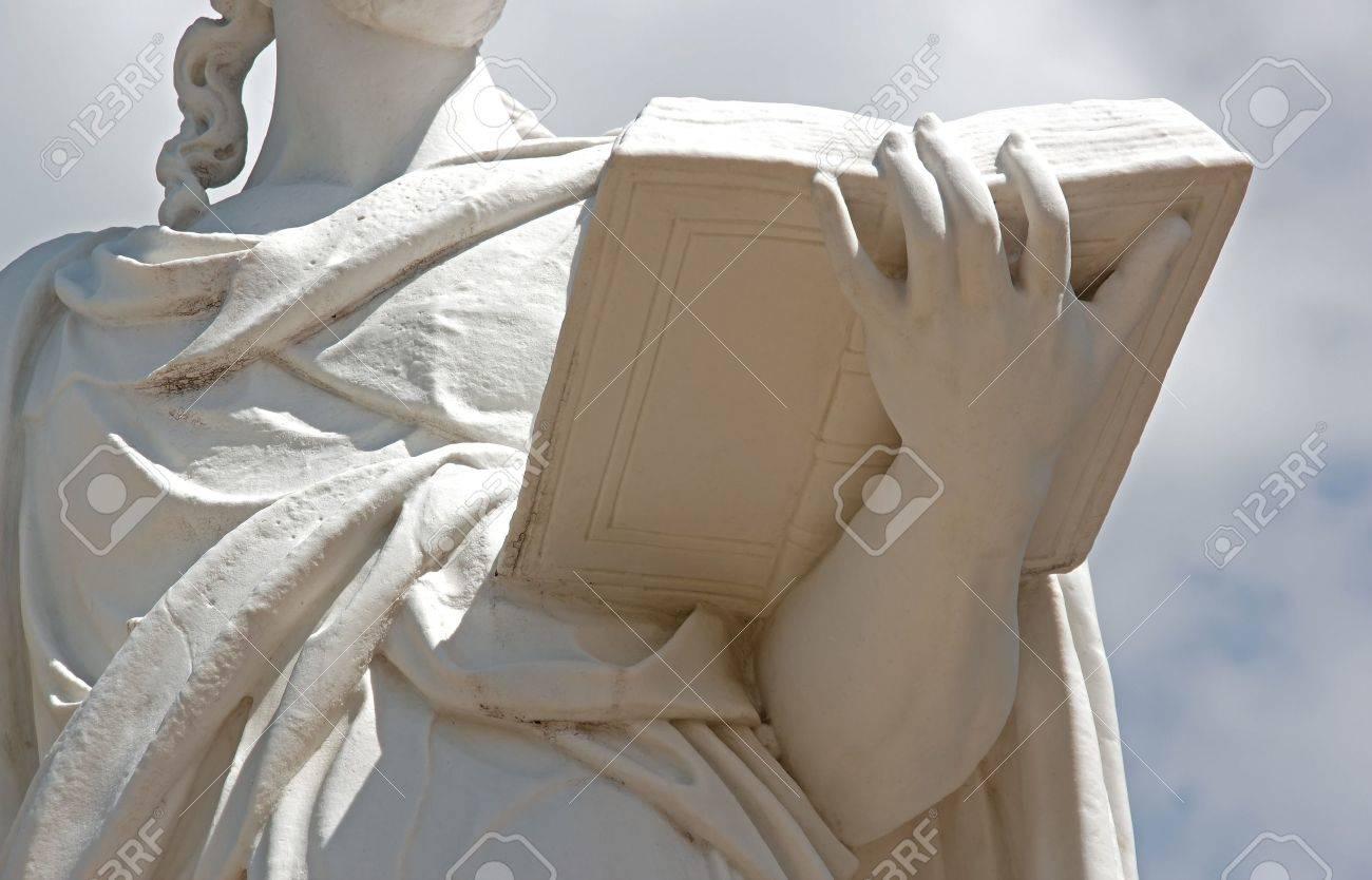 femme, lecture: statue représentant 17e une femme qui lit Banque d'images - 10687614