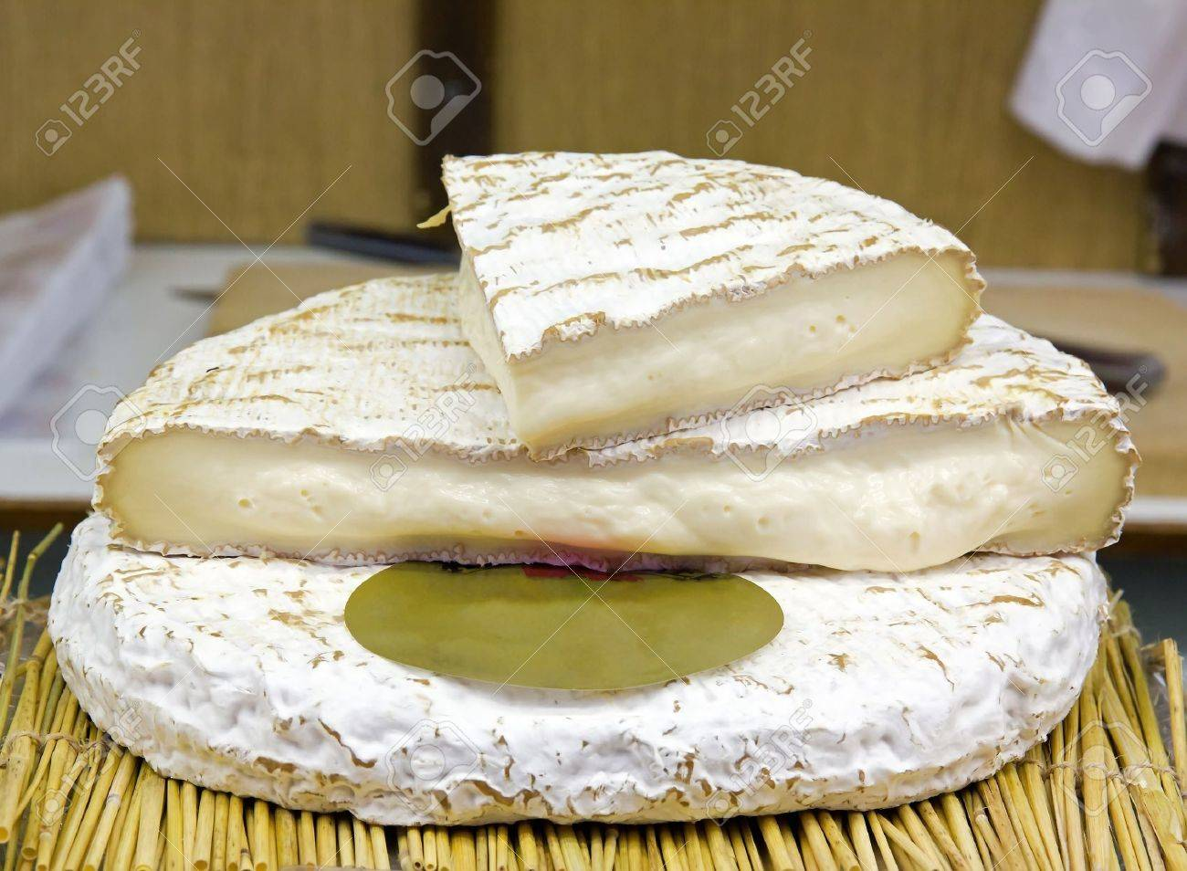 https://previews.123rf.com/images/neko92vl/neko92vl1201/neko92vl120100008/11926271-brie-de-meaux-cheese-a-specialty-of-the-paris-region.jpg