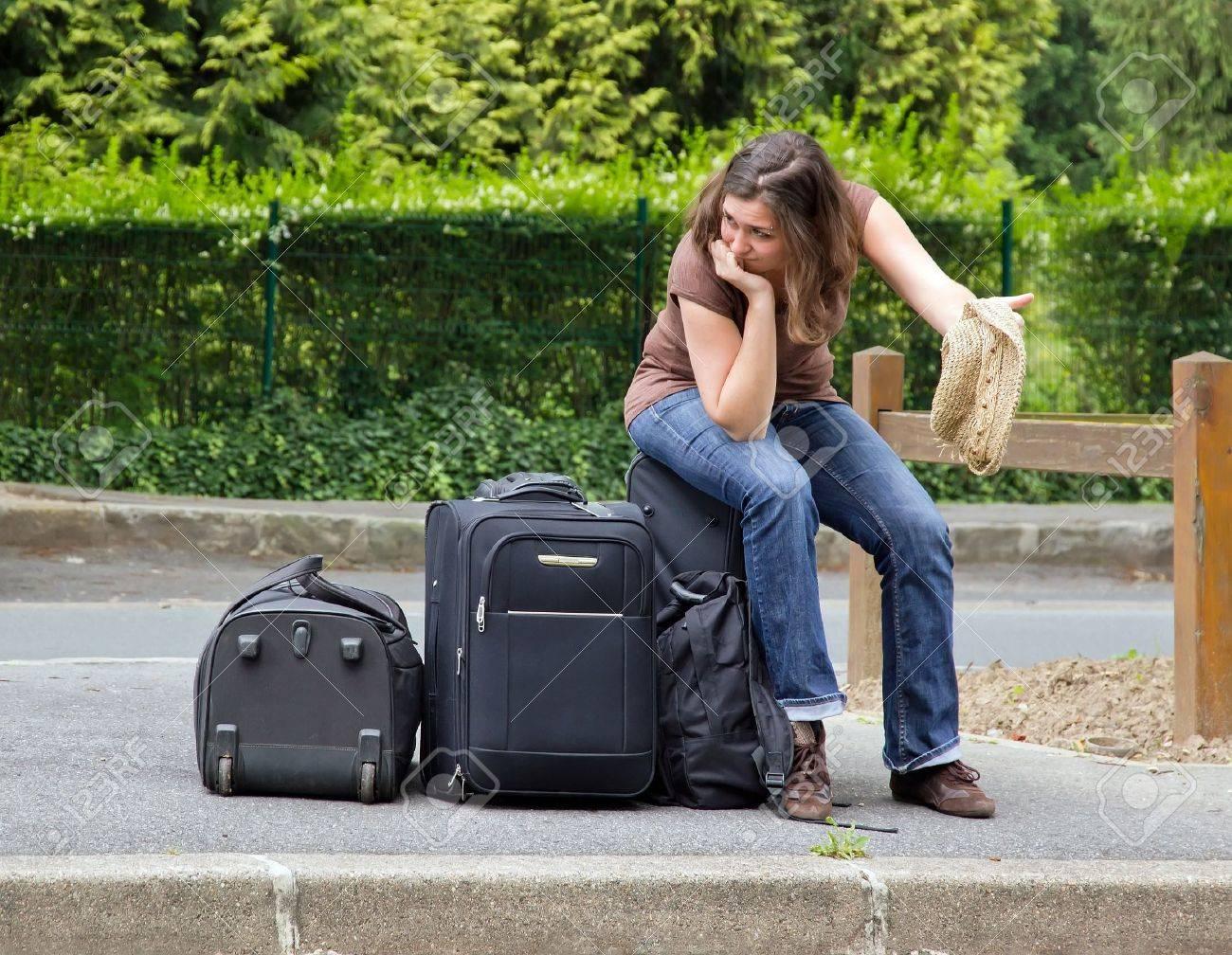 randonneur auto assis sur ses bagages, un découragement complet Banque d'images - 14411279