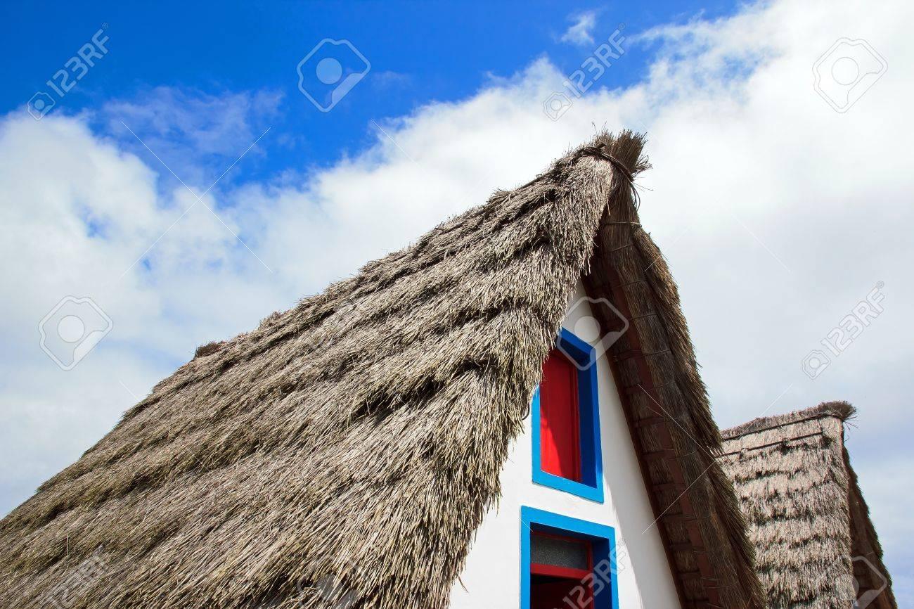 Reconstruction d'un toit de chaume d'une maison typique de Madère Banque d'images - 14799251
