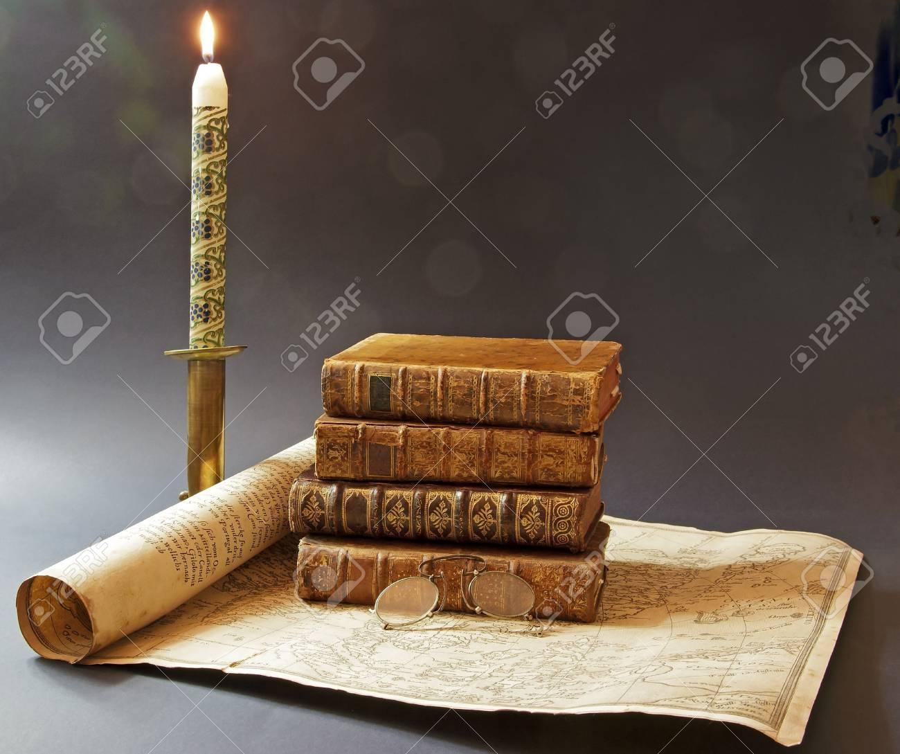 vieux livres et carte du 17 ème siècle, éclairée à la bougie Banque d'images - 16417303