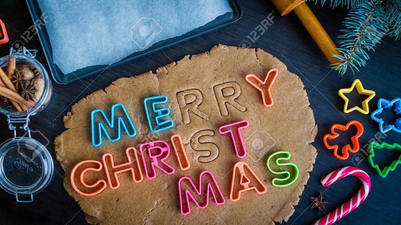 Frasi Di Natale Zen.Taglia Le Lettere Su Un Impasto Frase Buon Natale Passaggio Di Biscotti Tradizionali Di Pan Di Zenzero Di Natale Pasta Cruda E Taglierine Per I