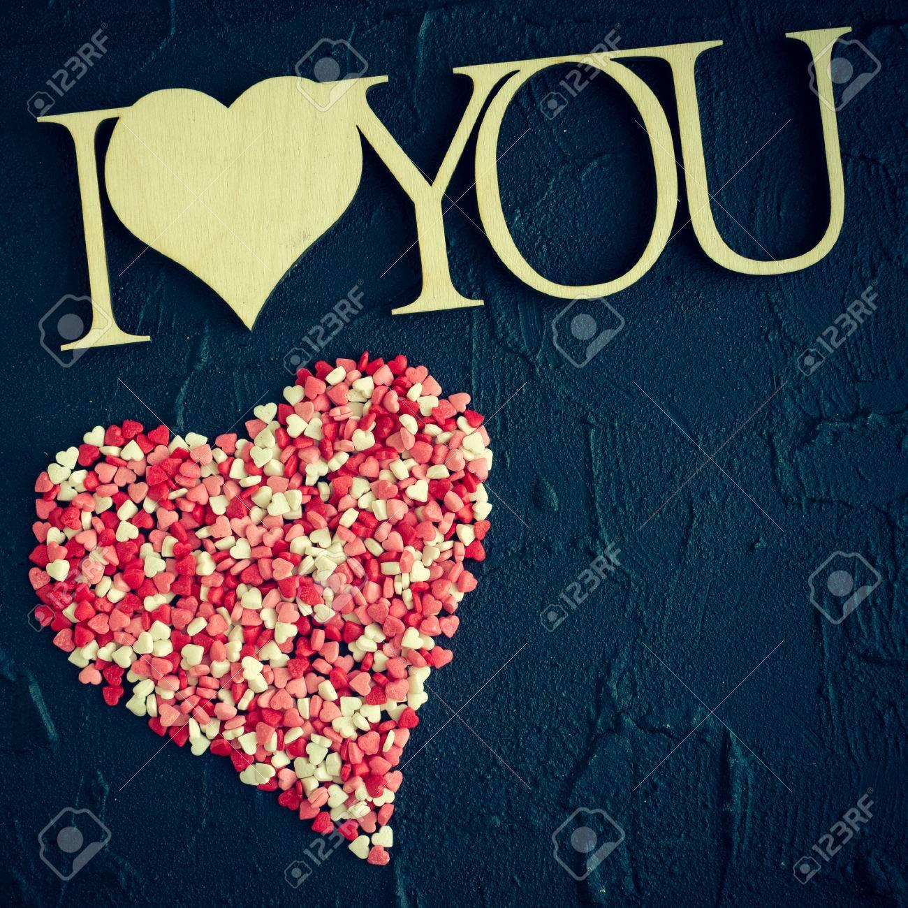 Eu Te Amo Frase De Madeira Sobre Fundo Preto De Pedra Com Grande Coração De Pequenos Corações Coloridos Tema Do Dia Dos Namorados Conceito De Dia