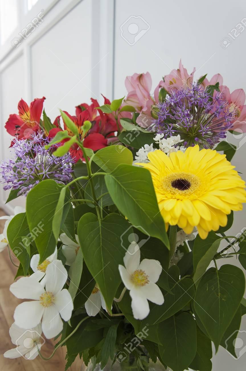 Le Bouquet De Fleurs Multicolores Fraîches Et Lumineuses