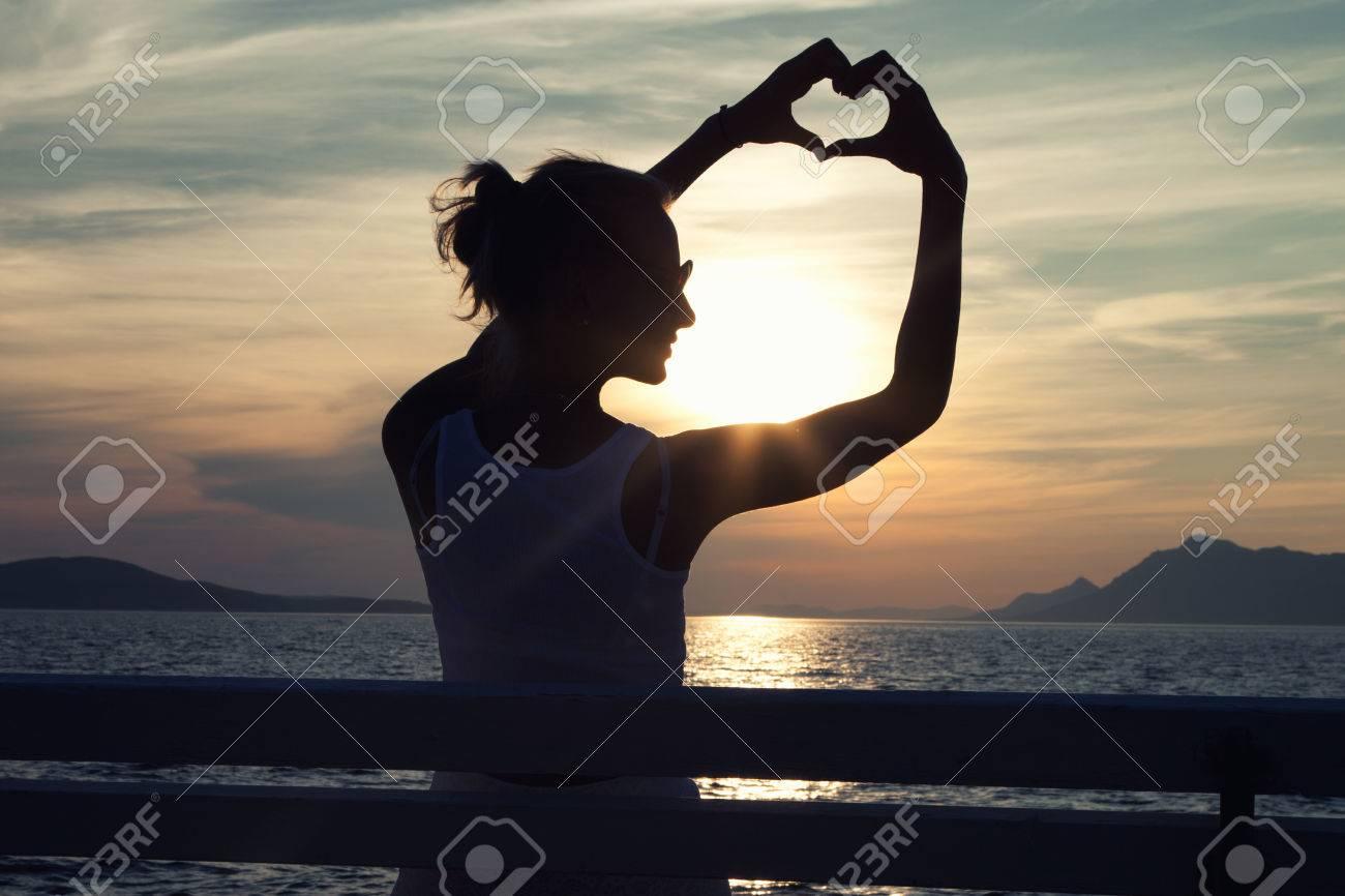 Foto Conceptual De Una Mujer Tomados De Las Manos Hermosas Jóvenes ...