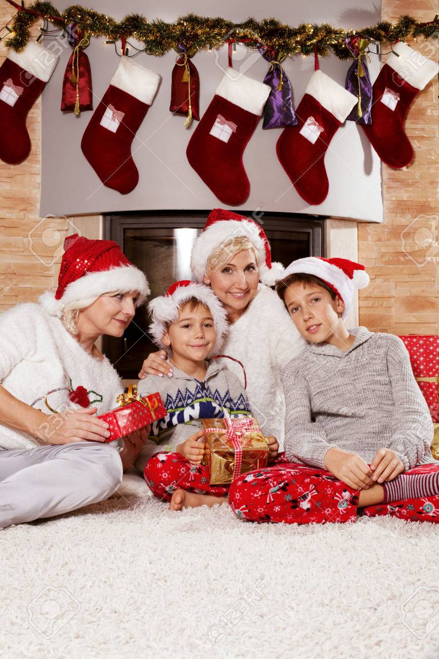 Weihnachtszeit. Glückliche Familie Zu Hause über Weihnachtsgeschenke ...