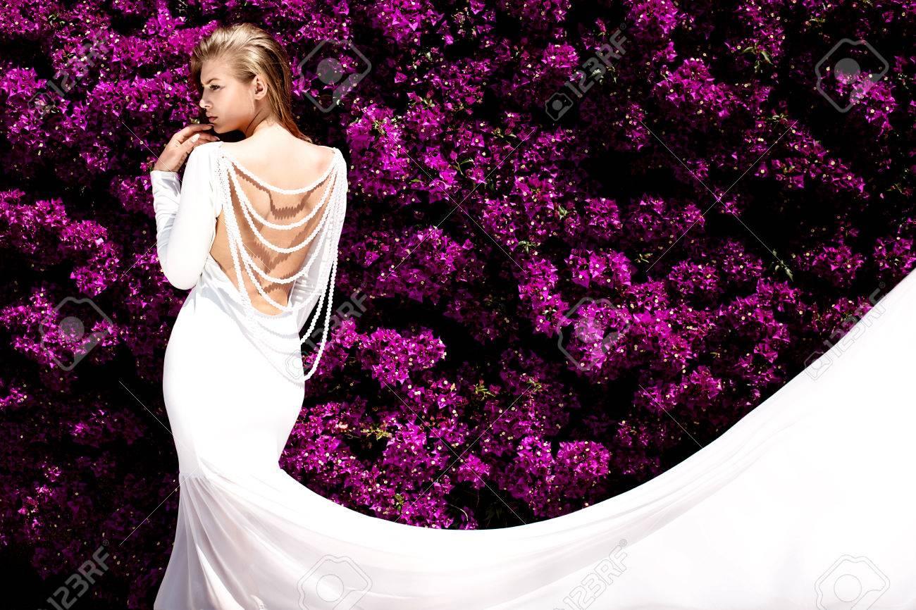 Weibes kleid mit lila blumen