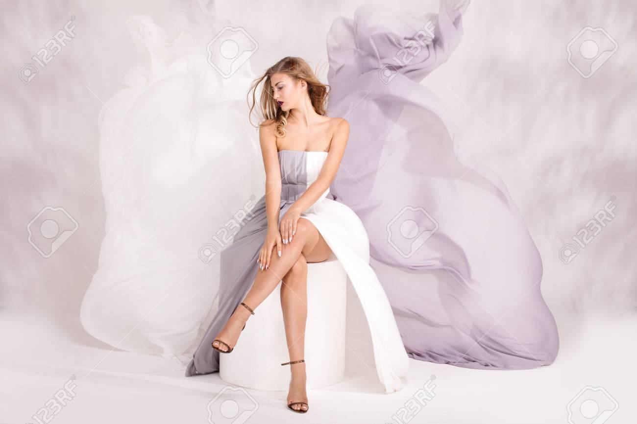 Élégante IncroyableDame Pose Qui En Femme Robe De Avec Belle hstdrQ