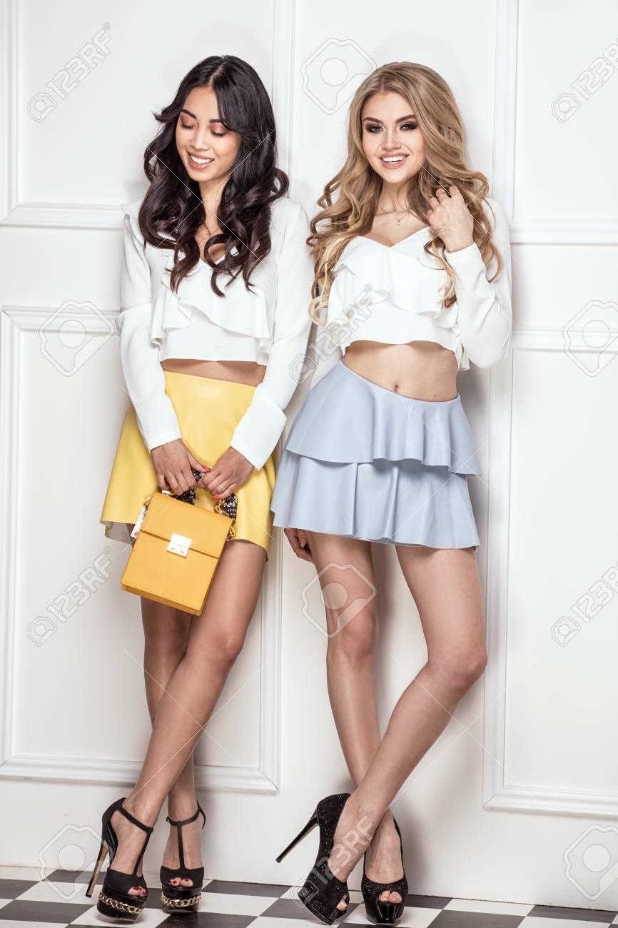 Attraktive Schone Freundinnen In Der Modernen Kleidung Posieren