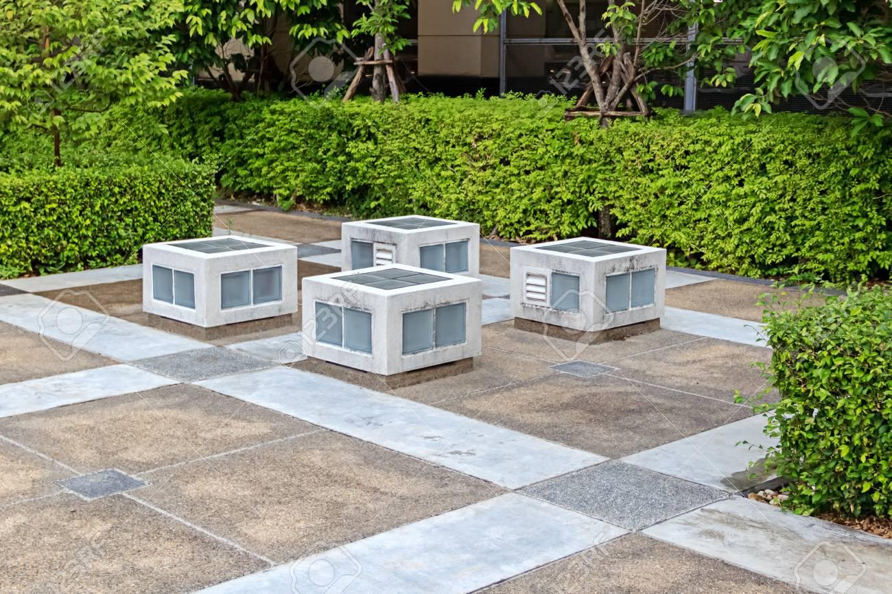Patio dans le jardin aménagé avec des sièges en forme de cubes