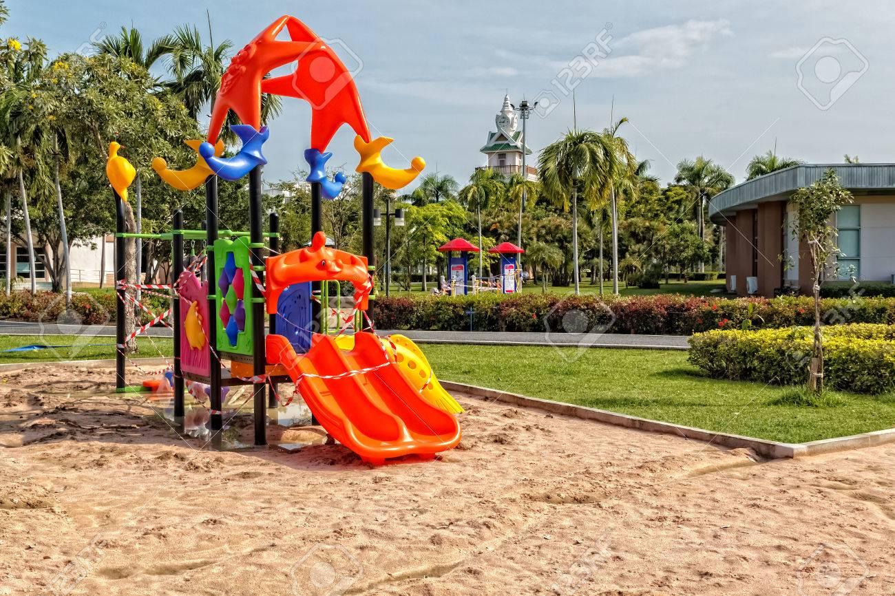 公園建設子供遊び場下 ロイヤリティーフリーフォト、ピクチャー、画像
