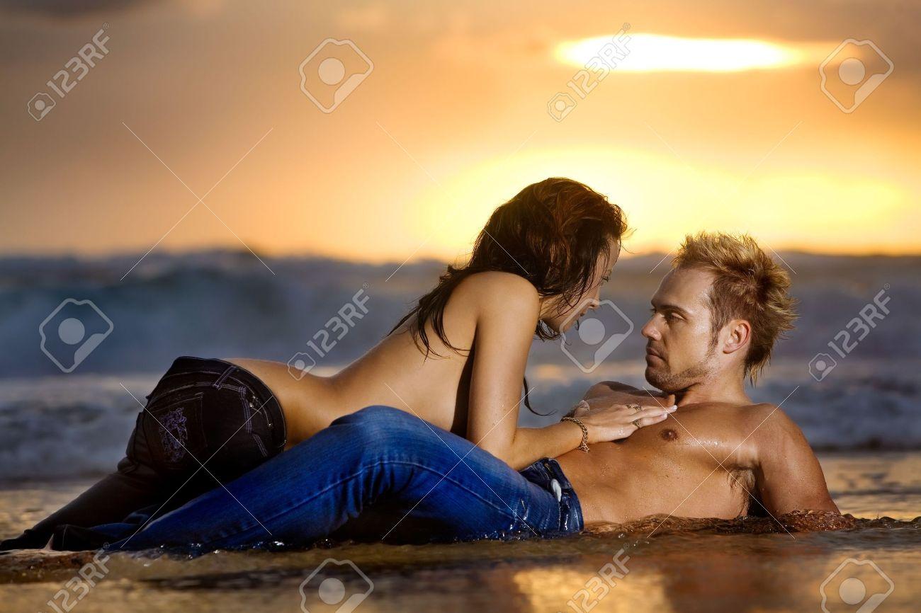 Coppie sexy giovani sulla spiaggia topless in jeans Archivio Fotografico - 2781667