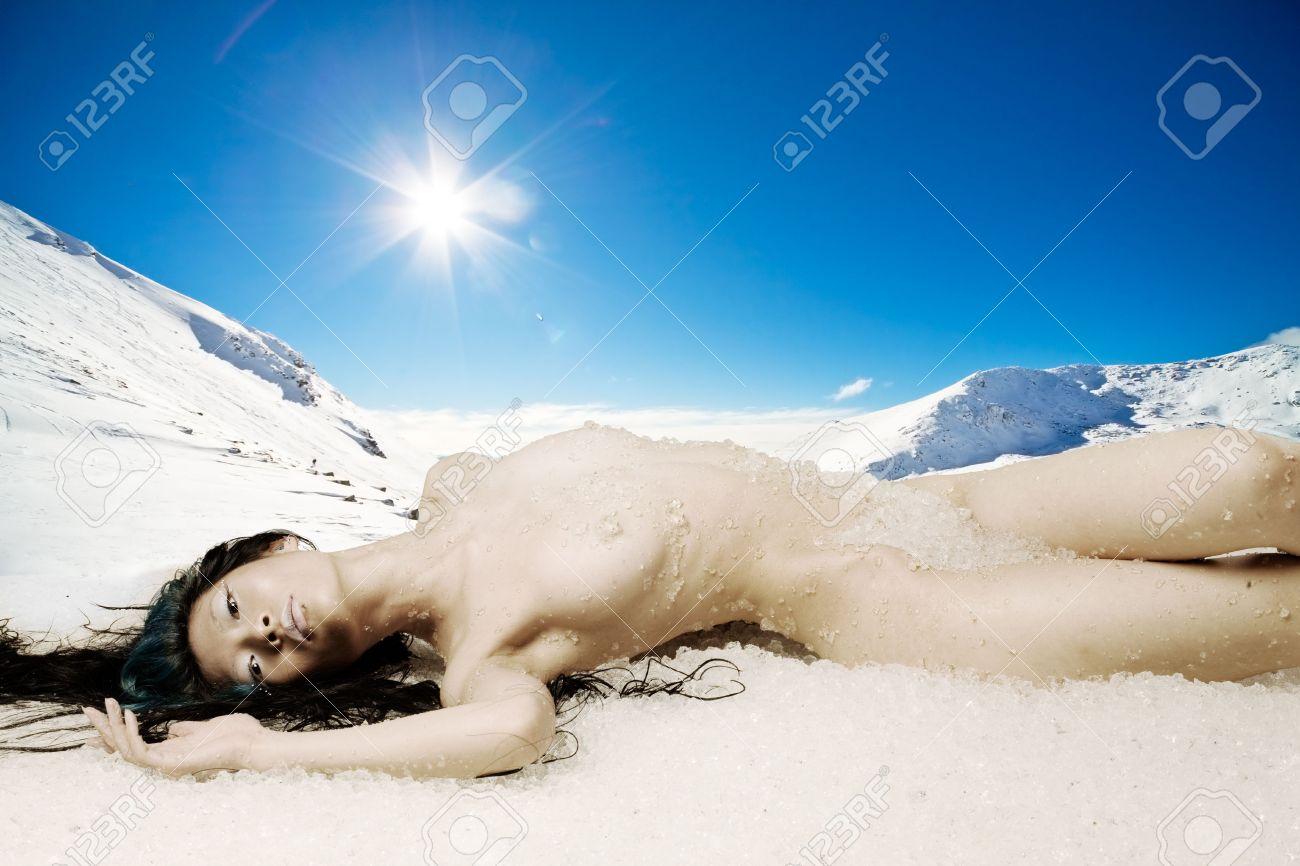 devushka-na-snegu-erotika