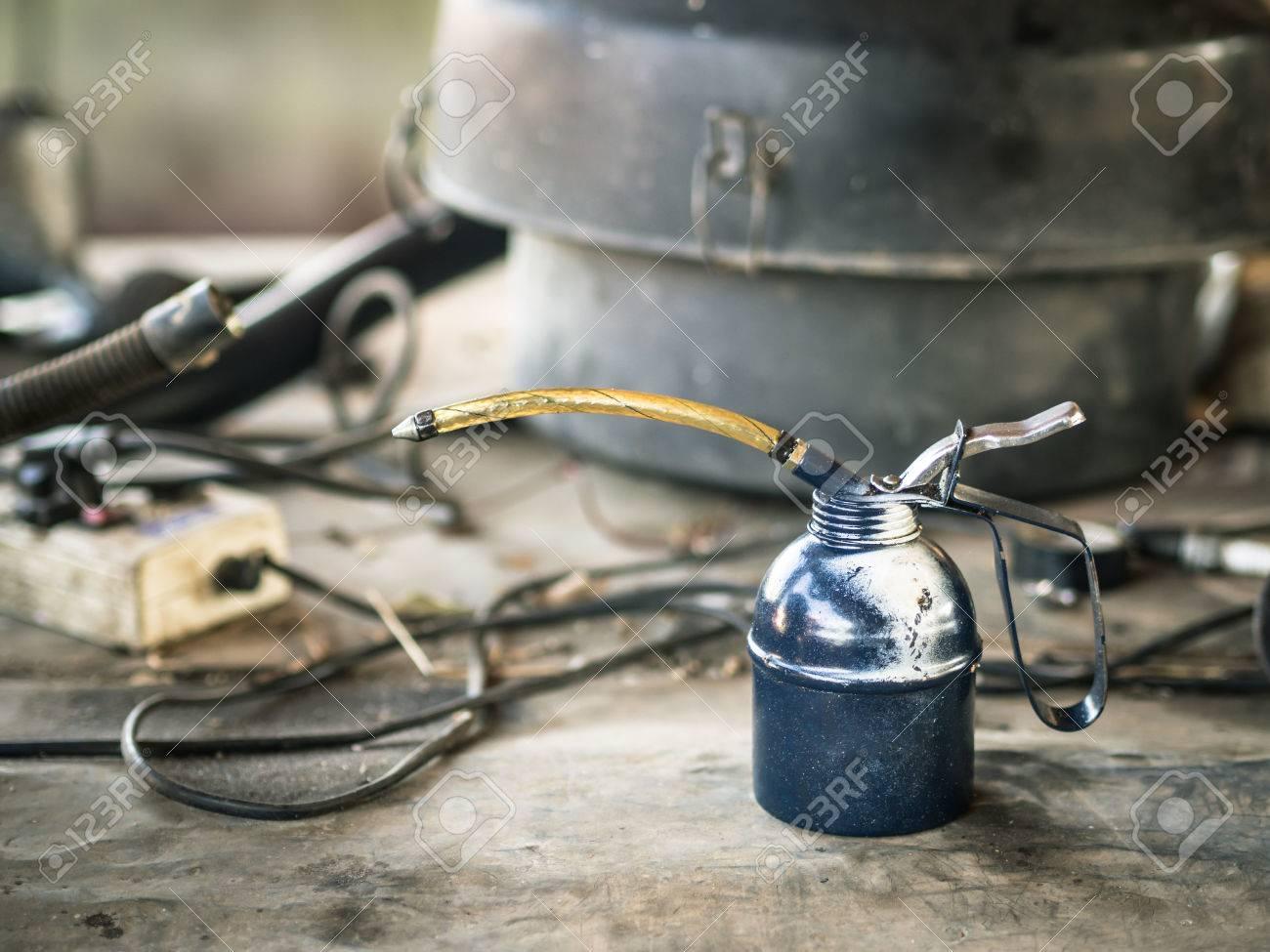 Immagini Stock Olio Puo Su Tavola Di Legno Nel Garage Image 69449769