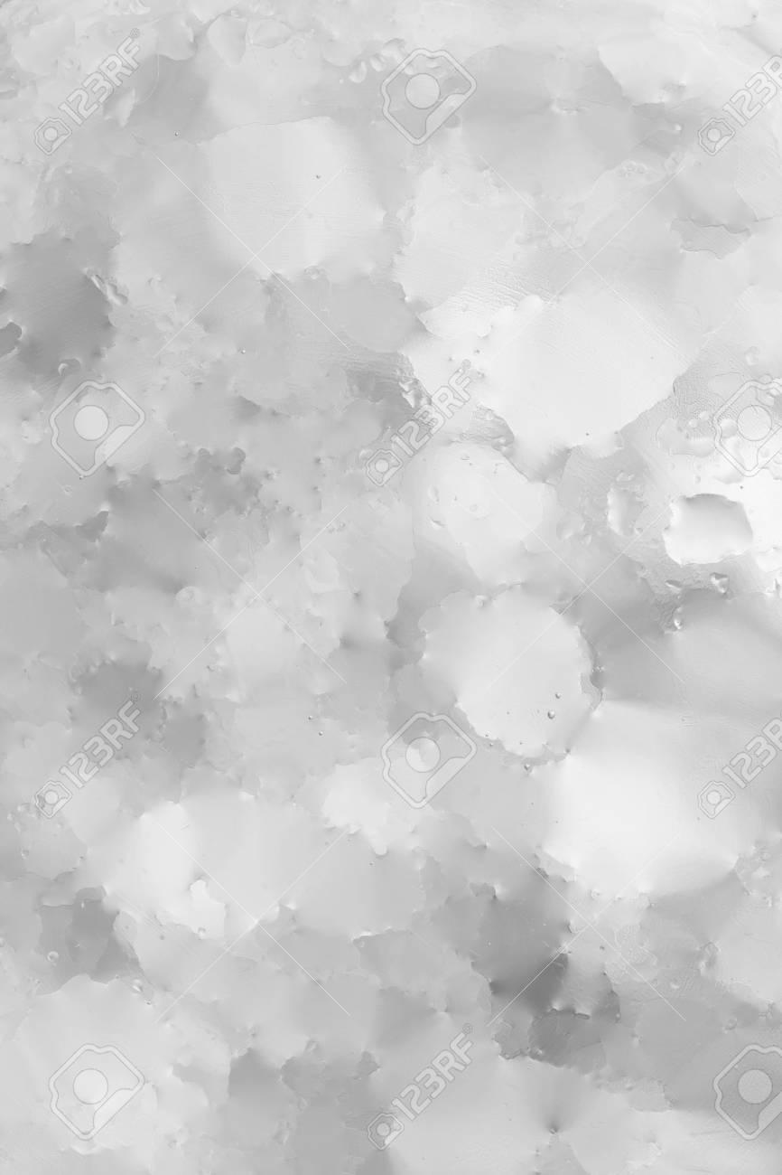 白灰色の抽象的な背景を濡れている、ガラスの壁紙に水をドロップ の ...