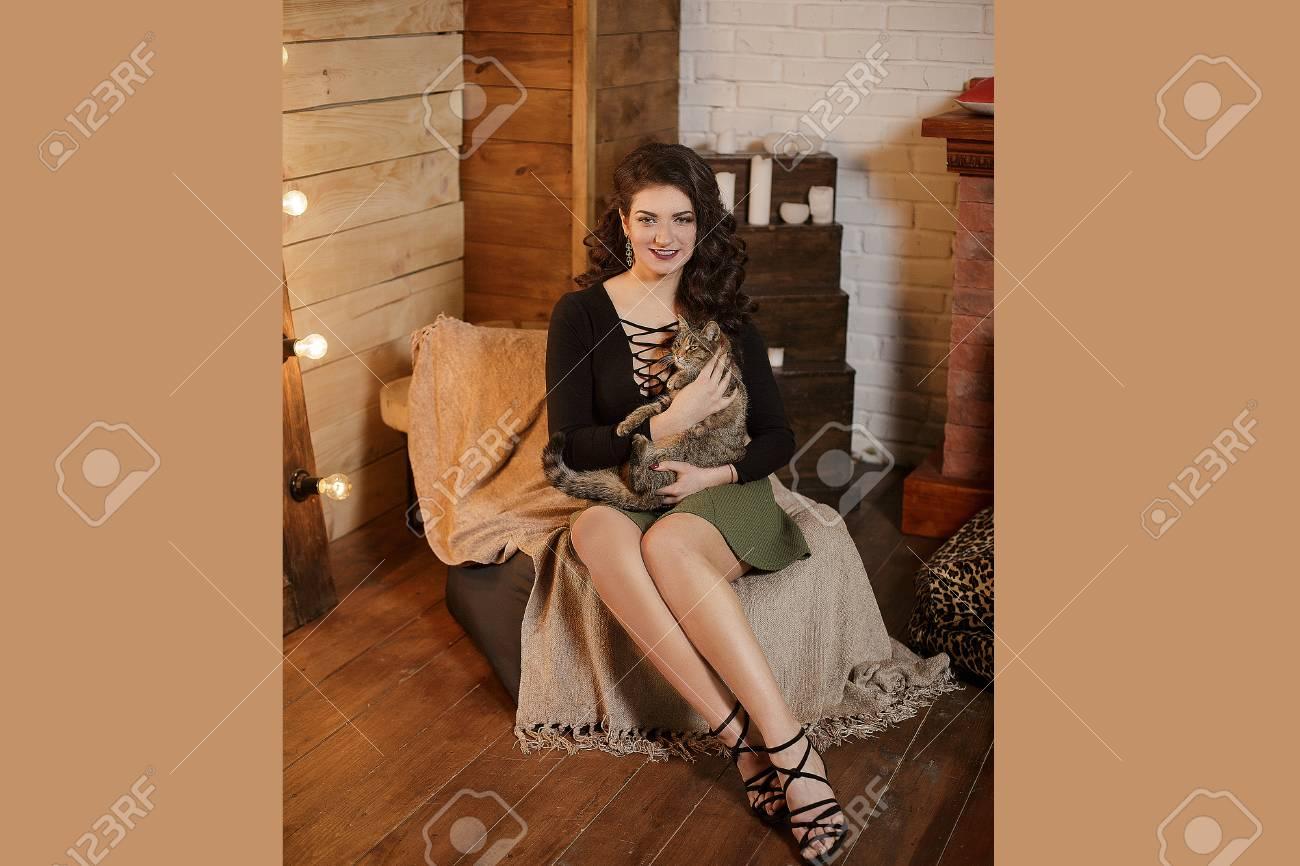 4ef88b0f7d Ciérrese Para Arriba De La Mujer Morena Joven Preciosa Que Besa El Gato  Gris. En Casa. Concepto De Mascotas