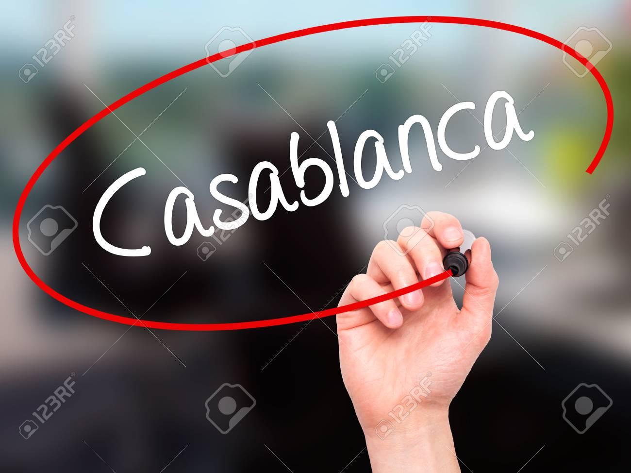 Man main écrit casablanca avec un marqueur noir sur lécran visuel