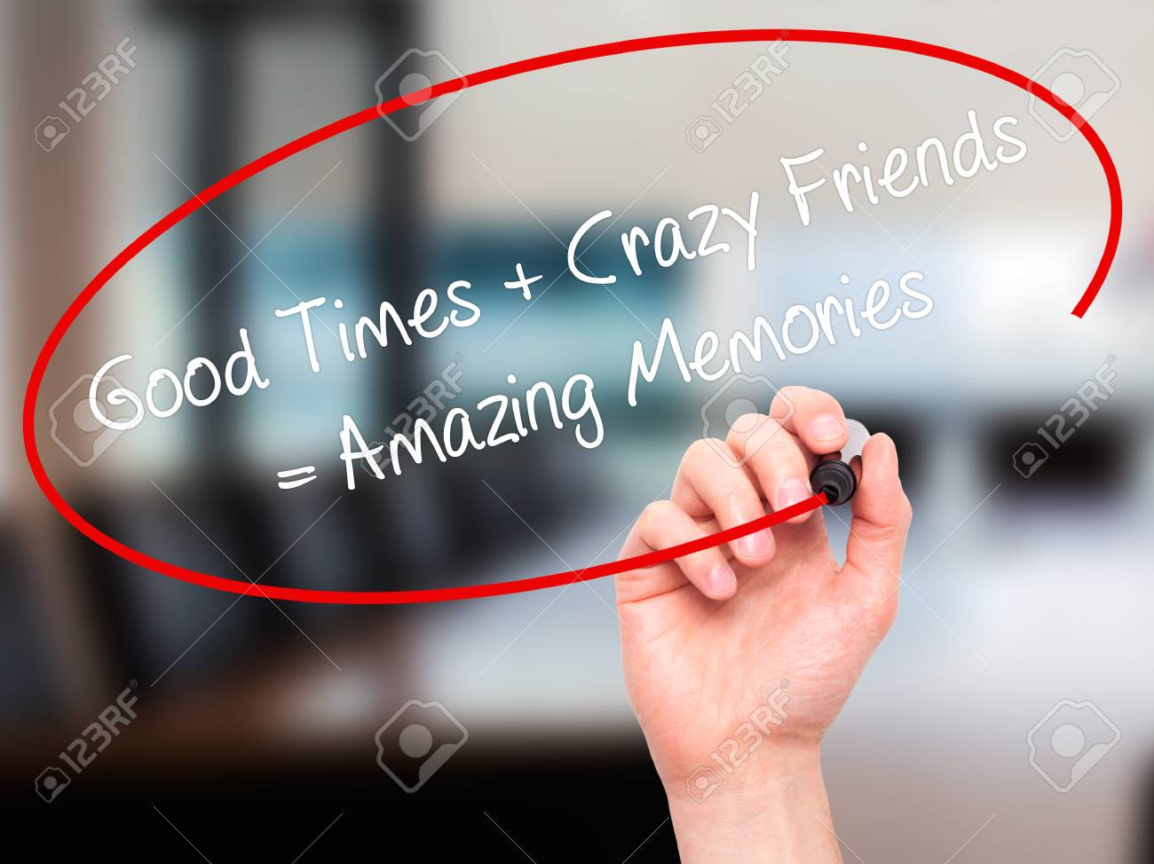 Man Hand schreiben Good Times + Verrückte Freunde = super Erinnerungen mit  schwarzen Marker auf visuellen
