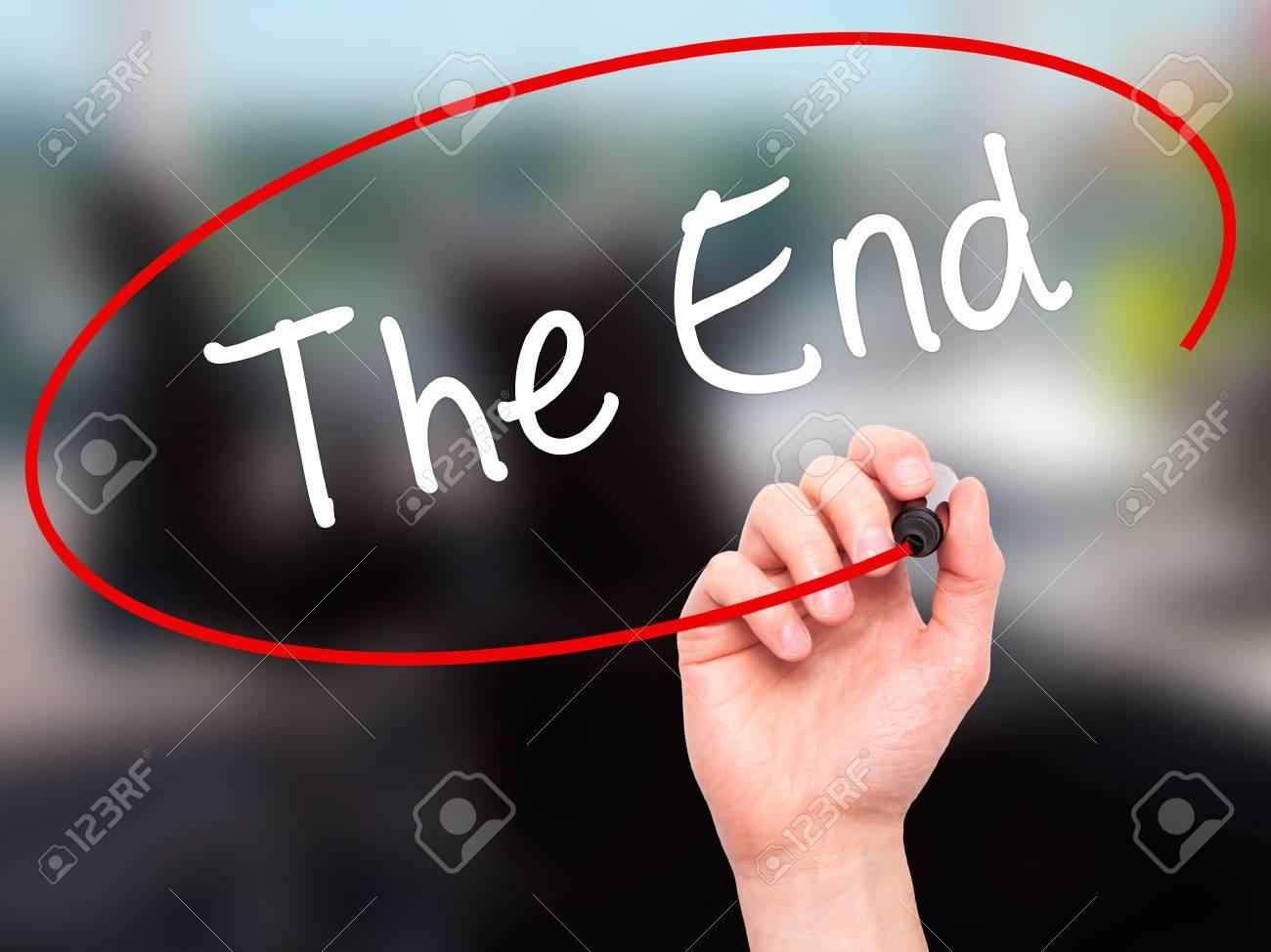 Man main écrit la fin avec un marqueur noir sur l écran visuel