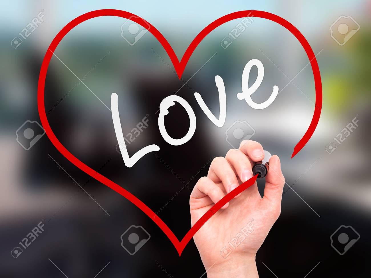 Man main écriture amour avec le marqueur à bord transparent