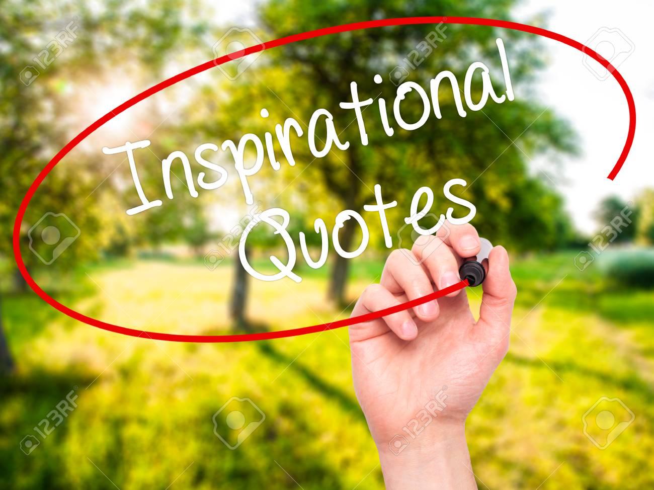 Citaten Schrijven : Man hand schrijven inspirational citaten met zwarte stift op