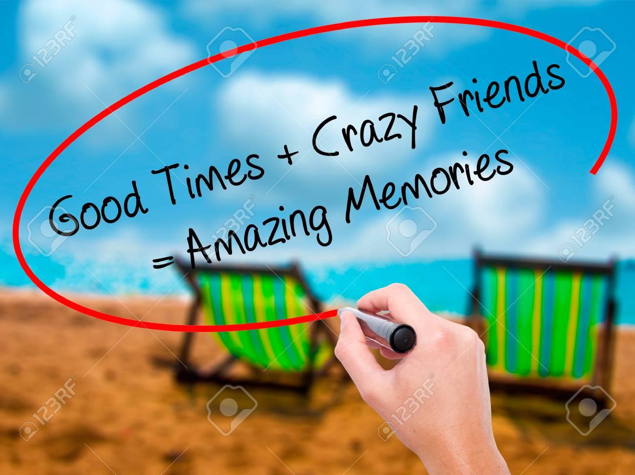 Man Hand schriftlich Good Times + Crazy Friends = Amazing Memories mit  schwarzem Marker auf visuellen