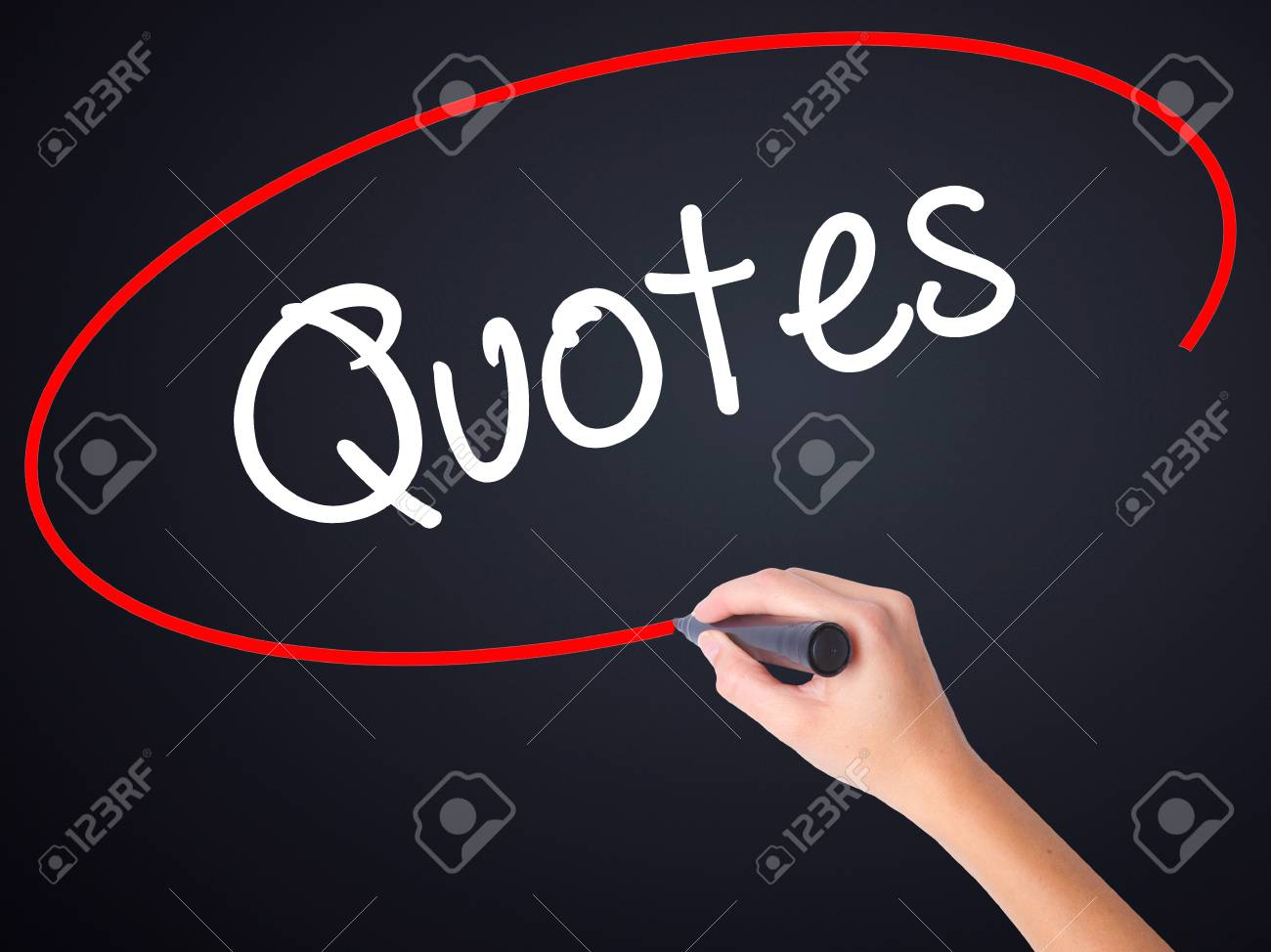 Citaten Schrijven : Vrouw hand schrijven citaten op lege transparante bord met een
