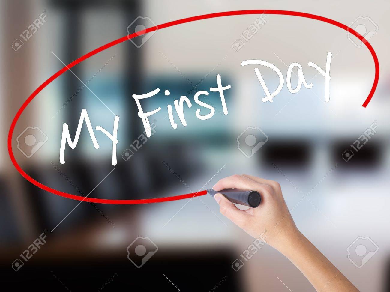 Femme main écrit mon premier jour avec un marqueur par dessus bord