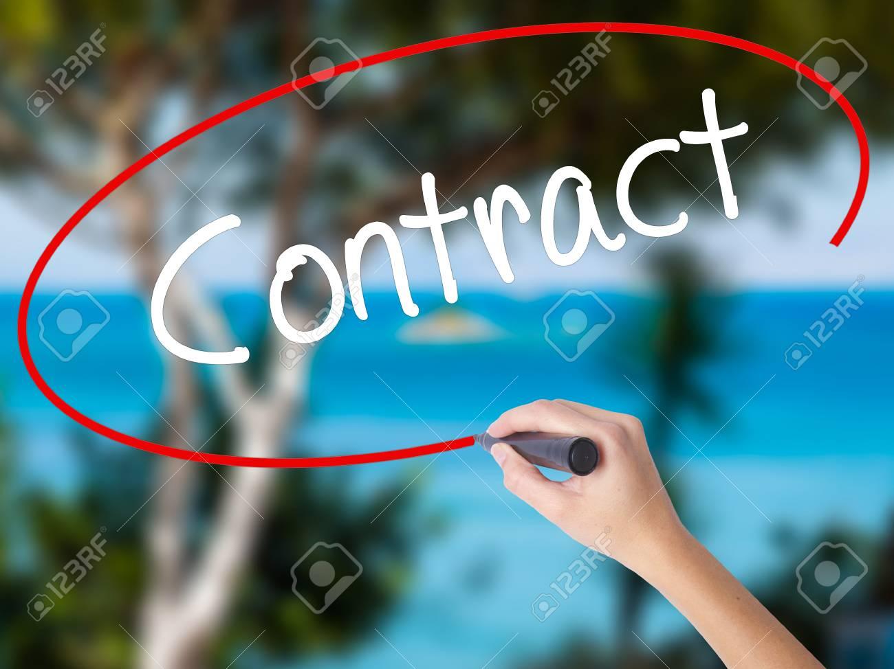 Frau Hand Schreiben Vertrag Mit Schwarzen Markierung Am Bildschirm