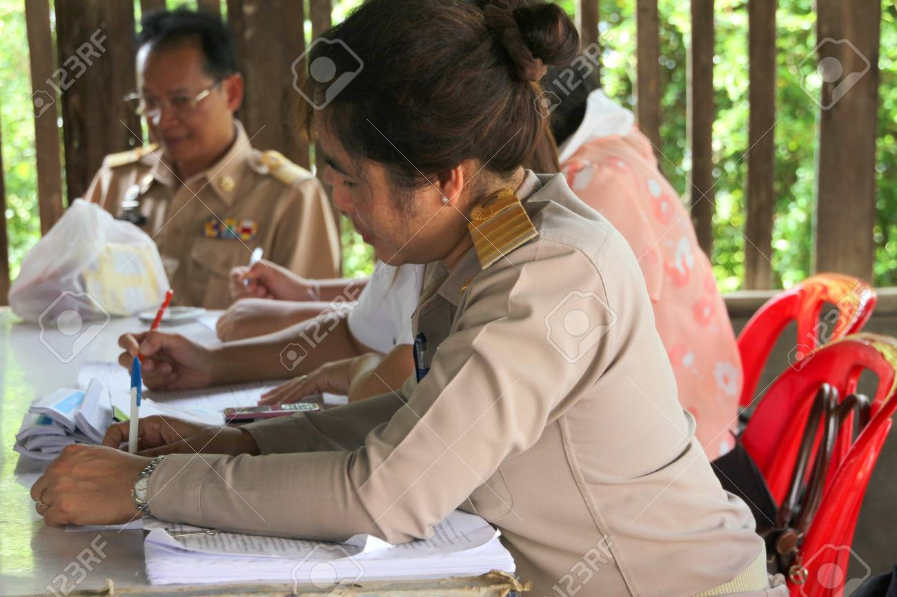 MUANG, MAHASARAKHAM - JUNE 29 : Unidentified officers are checking scores in village level election on June 29, 2012 at Ban Moh (Pottery village), Muang, Mahasarakham, Thailand. Stock Photo - 14339284