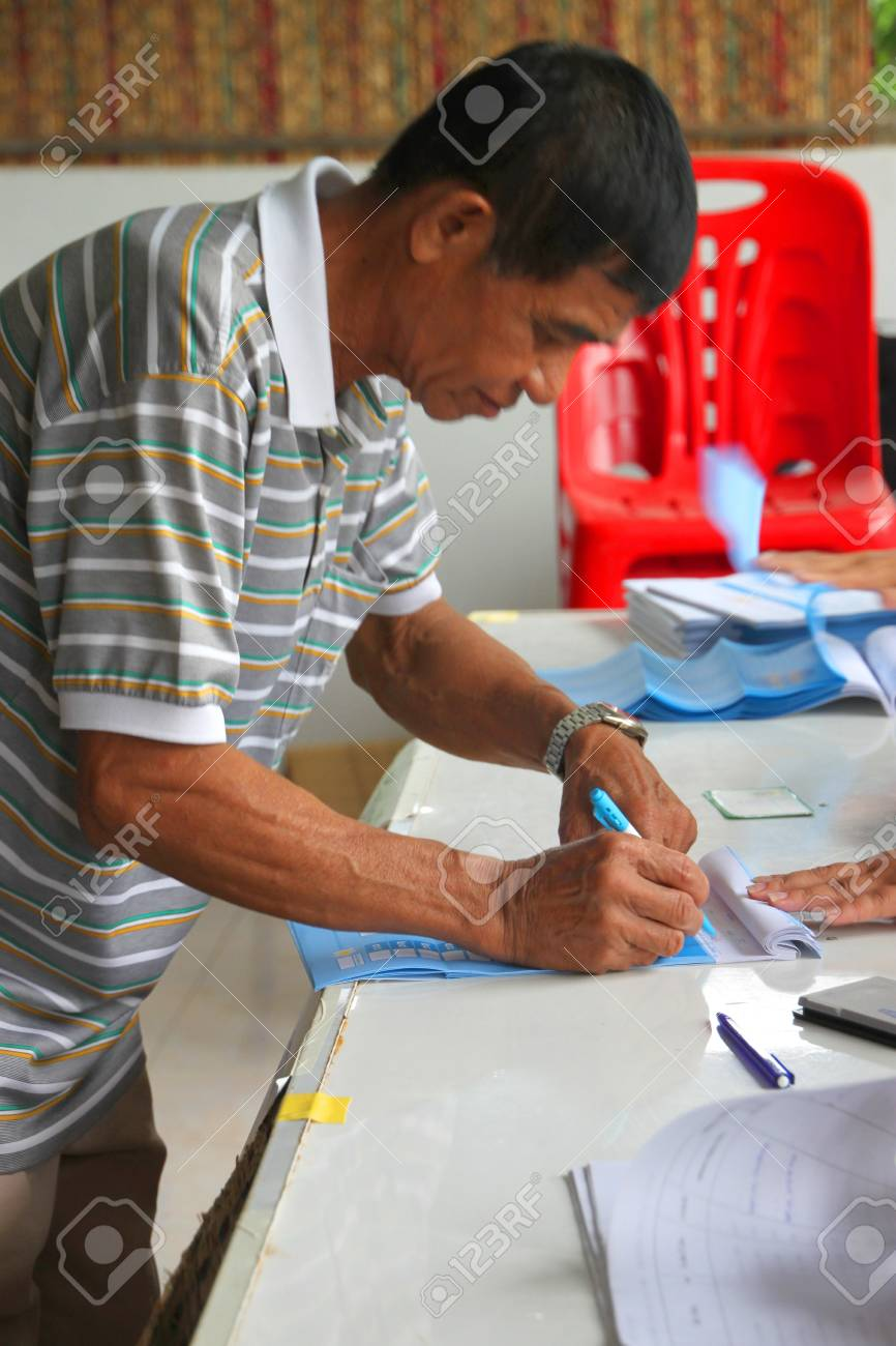 MUANG, MAHASARAKHAM - AUGUST 28 : Unidentified voter is voting village headman on August 28, 2012 at village hall, Ban Dong Noi, Wang Nang, Muang, Mahasarakham, Thailand. Stock Photo - 15079663