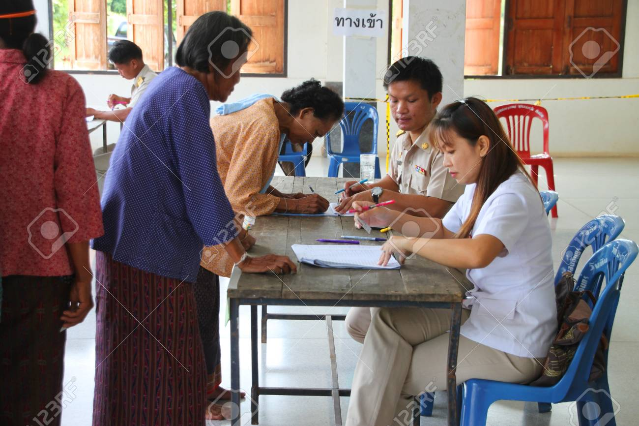 MUANG, MAHASARAKHAM - SEPTEMBER 4 : Unidentified voters are in queue of voting village headman on September 4, 2012 at Wat Ban Hin Lat, Tha Song Kon, Muang, Mahasarakham, Thailand. Stock Photo - 15079683