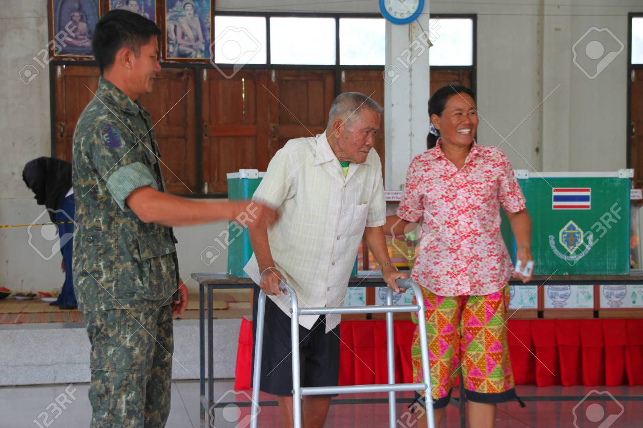 MUANG, MAHASARAKHAM - SEPTEMBER 4 : Unidentified voters are voting village headman on September 4, 2012 at Wat Ban Hin Lat, Tha Song Kon, Muang, Mahasarakham, Thailand. Stock Photo - 15079678
