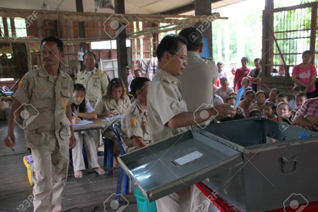 MUANG, MAHASARAKHAM - SEPTEMBER 7 : Unidentified officers are counting votes village headman on September 7, 2012 at Wat Ban Jam Nak, Nong Pling, Muang, Mahasarakham, Thailand. Stock Photo - 15102441