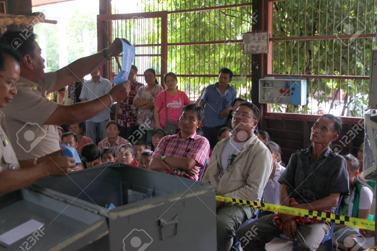 MUANG, MAHASARAKHAM - SEPTEMBER 7 : Unidentified officers are counting votes village headman on September 7, 2012 at Wat Ban Jam Nak, Nong Pling, Muang, Mahasarakham, Thailand. Stock Photo - 15102448