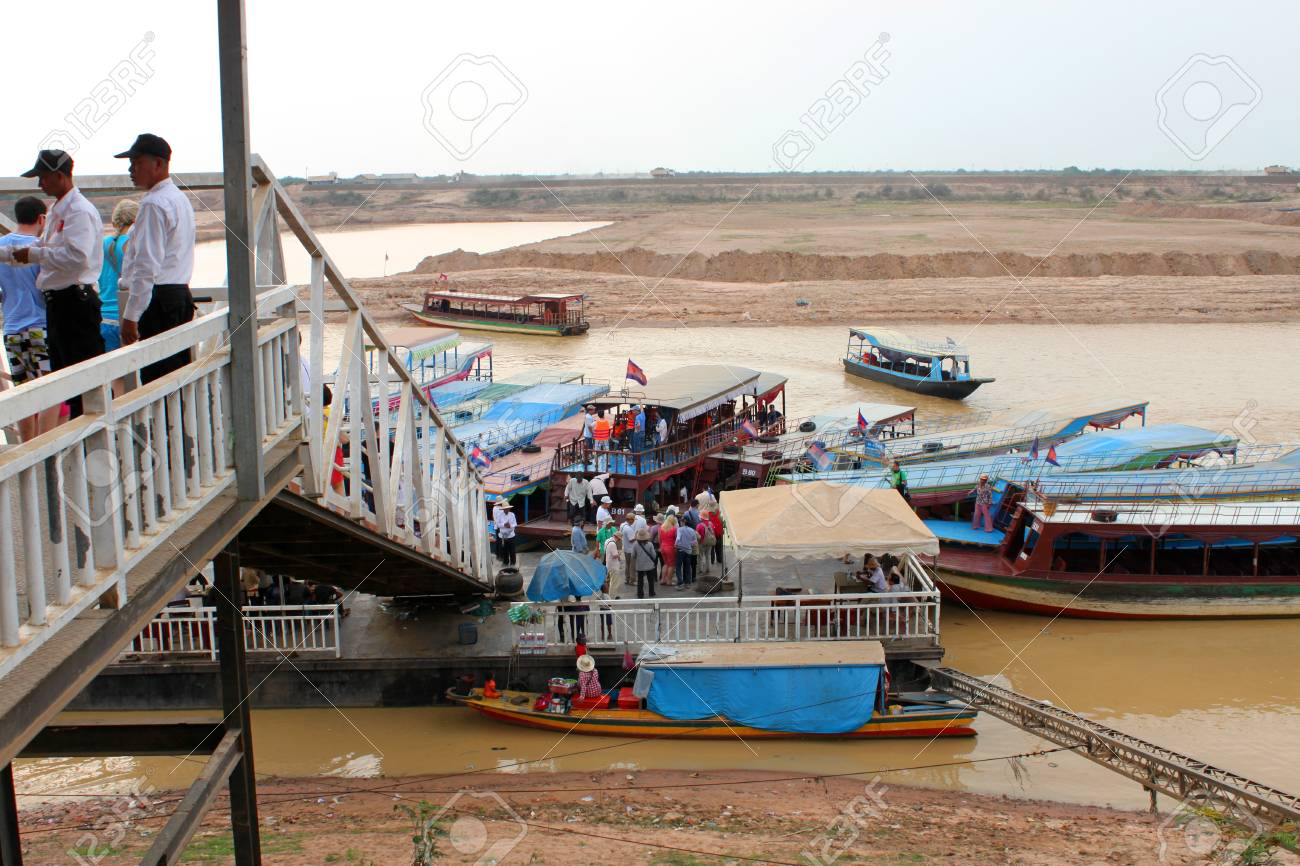 SIEMREAP, KHMER REPUBLIC - FEBRUARY 23 : The unidentified tourists are visiting the greatest freshwater lake in the world on February 23, 2013 at Tonle Sap Lake, Siemreap, Khmer Republic. Stock Photo - 19033111