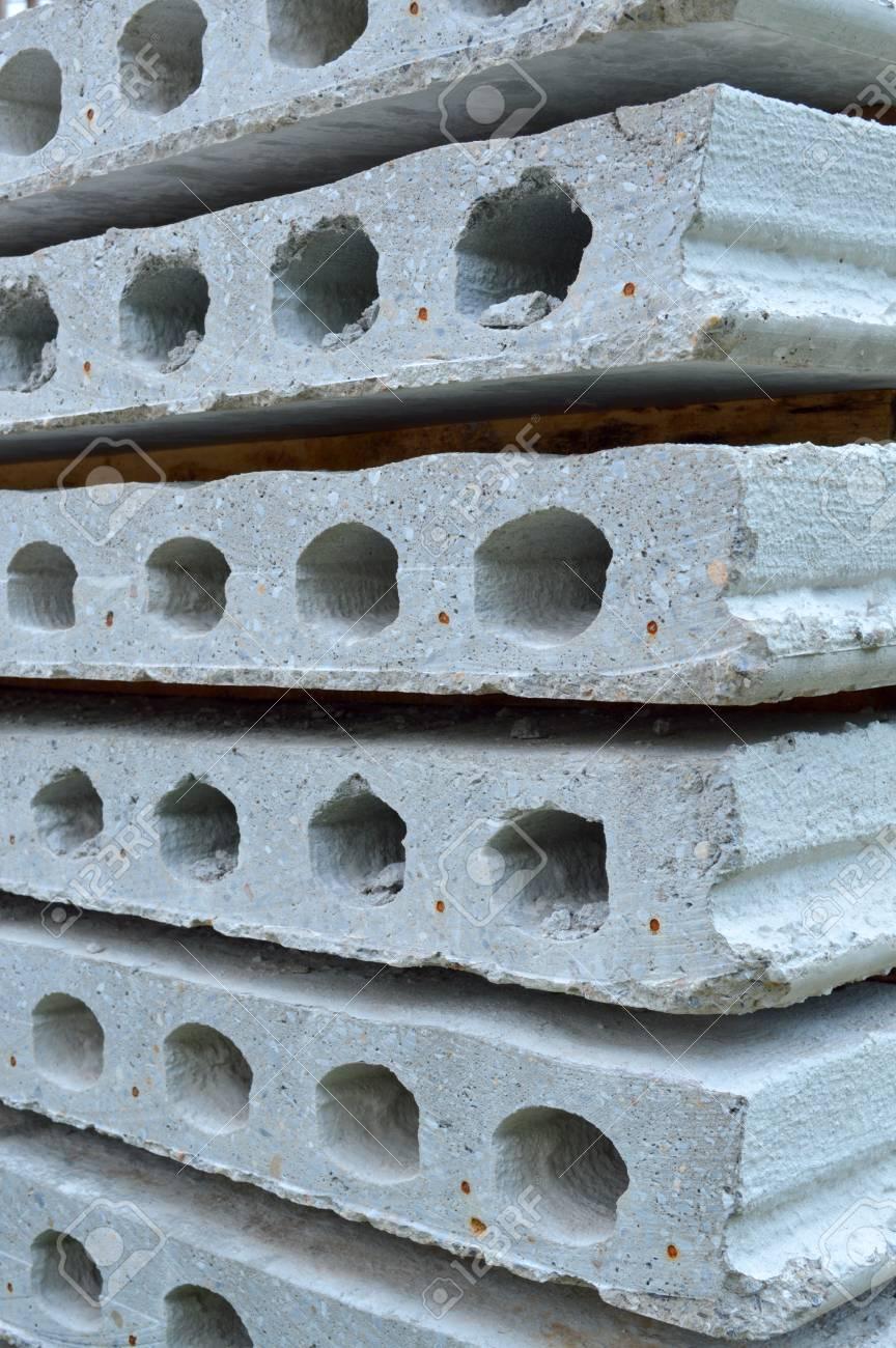 Plaques de béton posé sur le sol au chantier de construction du bâtiment