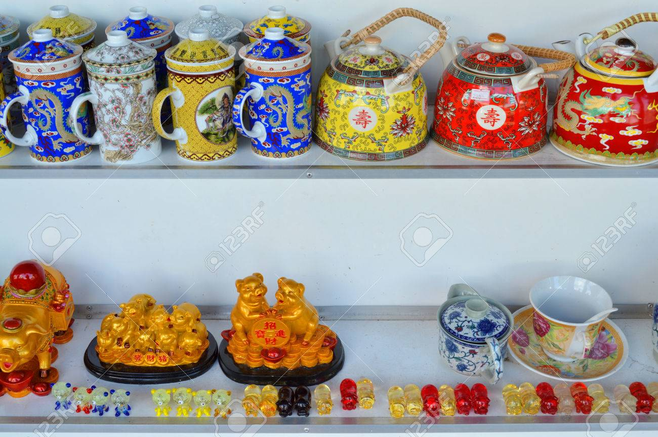 Suveniri - Page 13 42992720-mukdahan-may-20-merchandises-and-souvenirs-from-china-and-vietnam-in-business-center-at-indo-china-m