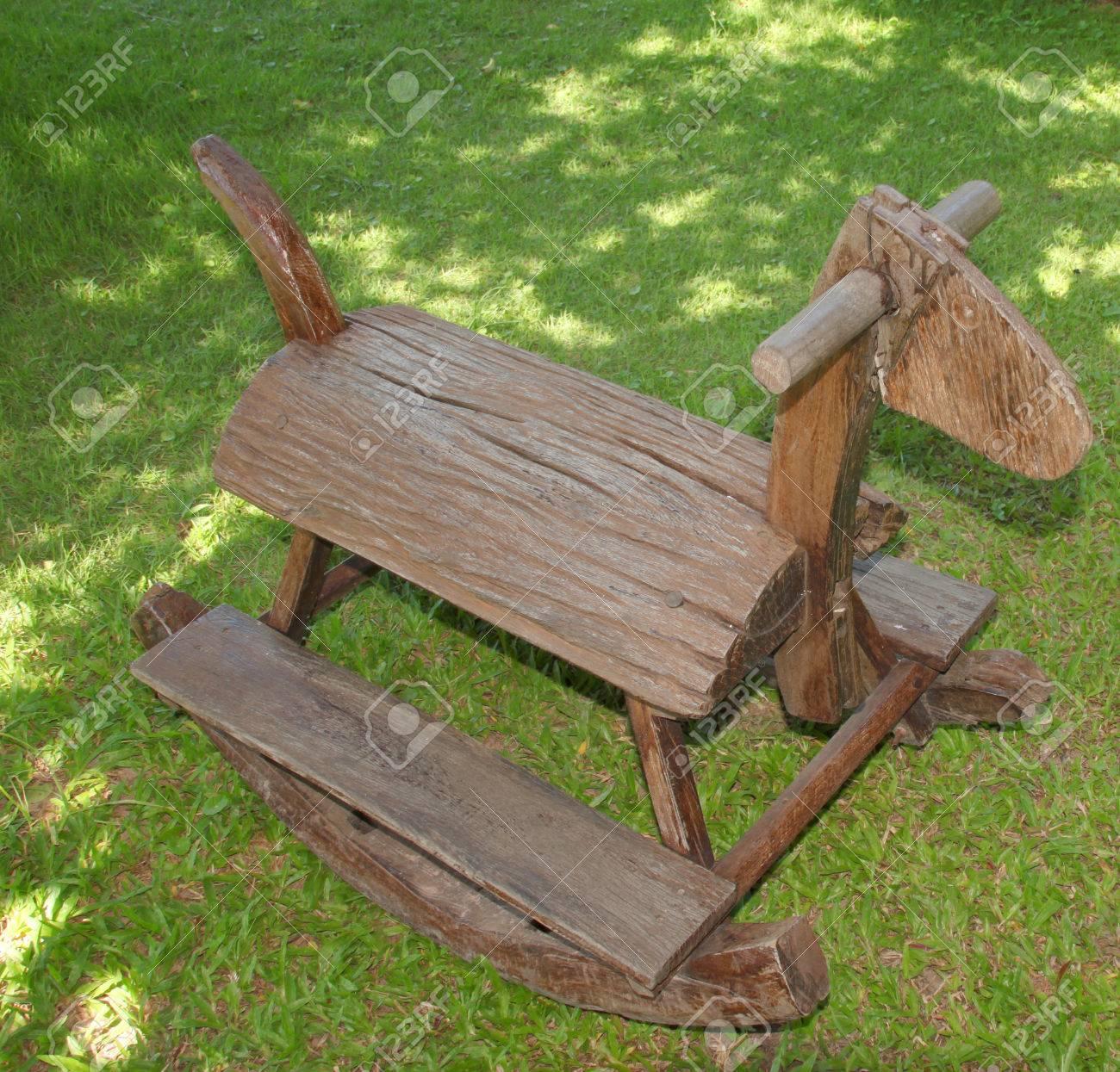 holzpferd stuhl für kinder im garten dekoriert lizenzfreie fotos