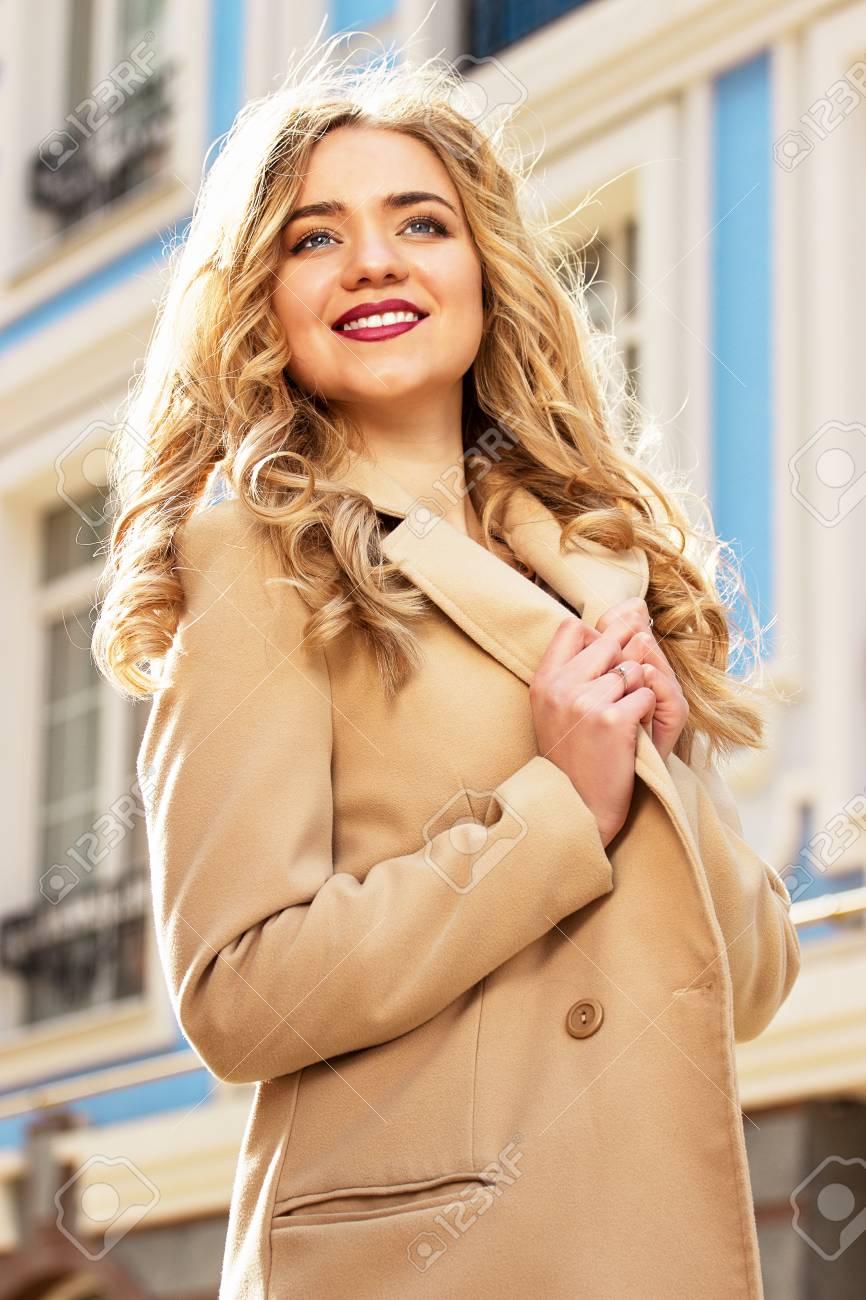 19b26dccefa8 Archivio Fotografico - Bella e alla moda ragazza sorridente capelli biondi  a piedi la città. La moda femminile.