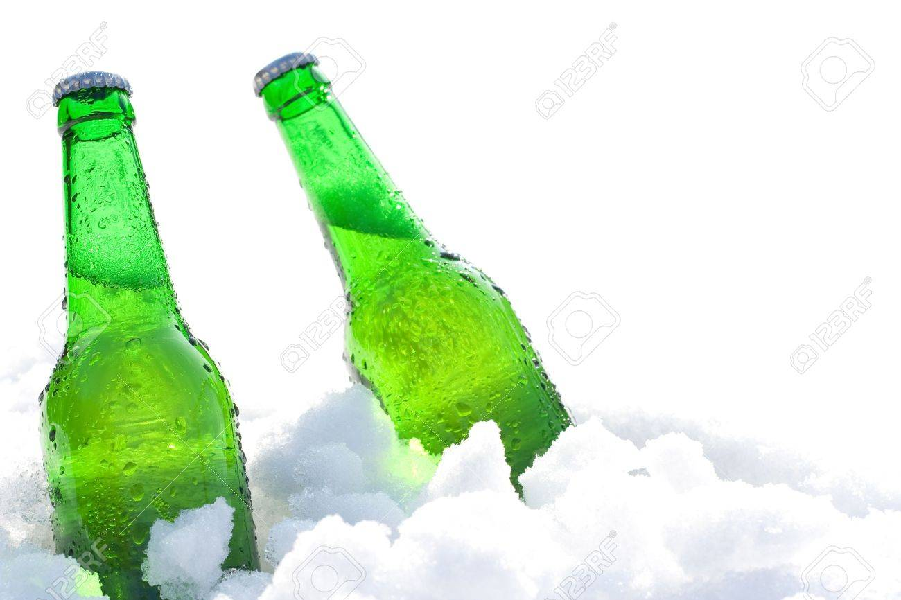 beer bottles in snow Standard-Bild - 12828790