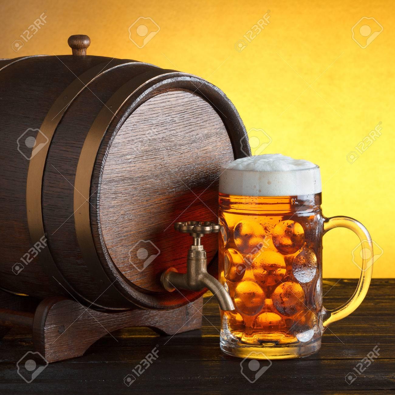 Vintage tonneau de bière avec un énorme verre de bière sur la table en bois encore la vie, copie espace