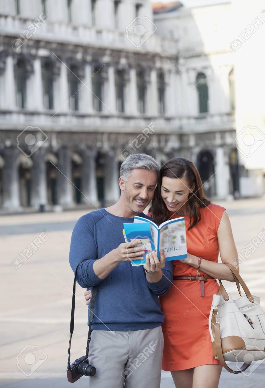 Sonriente Pareja Mirando Guía En La Plaza De San Marcos En Venecia ...