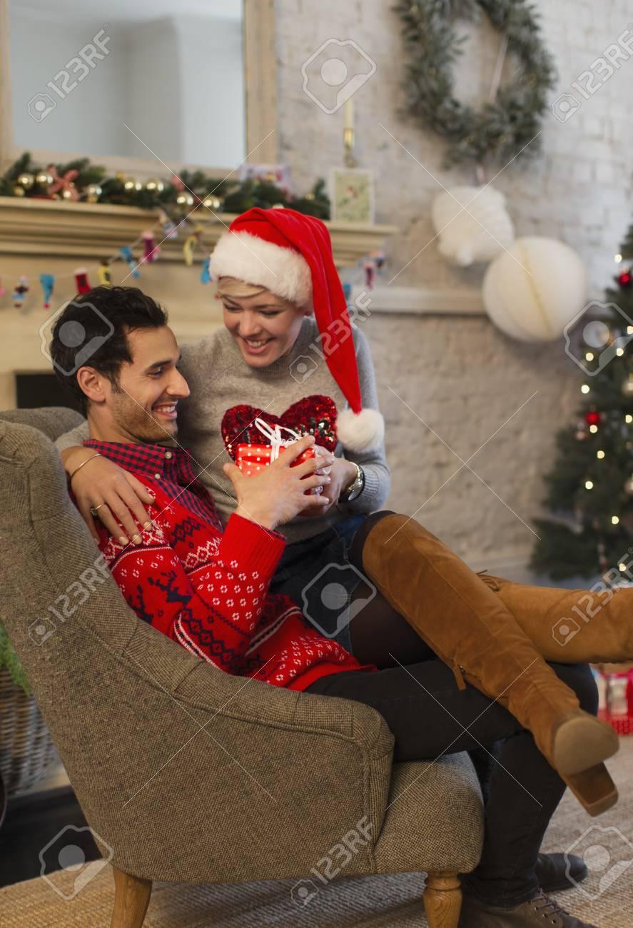 Liebevolle Paare, Die Weihnachtsgeschenke Im Wohnzimmer öffnen ...
