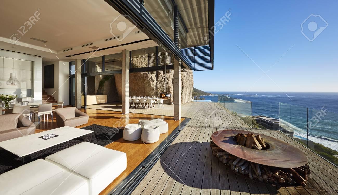 banque dimages foyer et meubles sur la terrasse moderne de maison de plage de luxe avec vue sur locan ensoleill