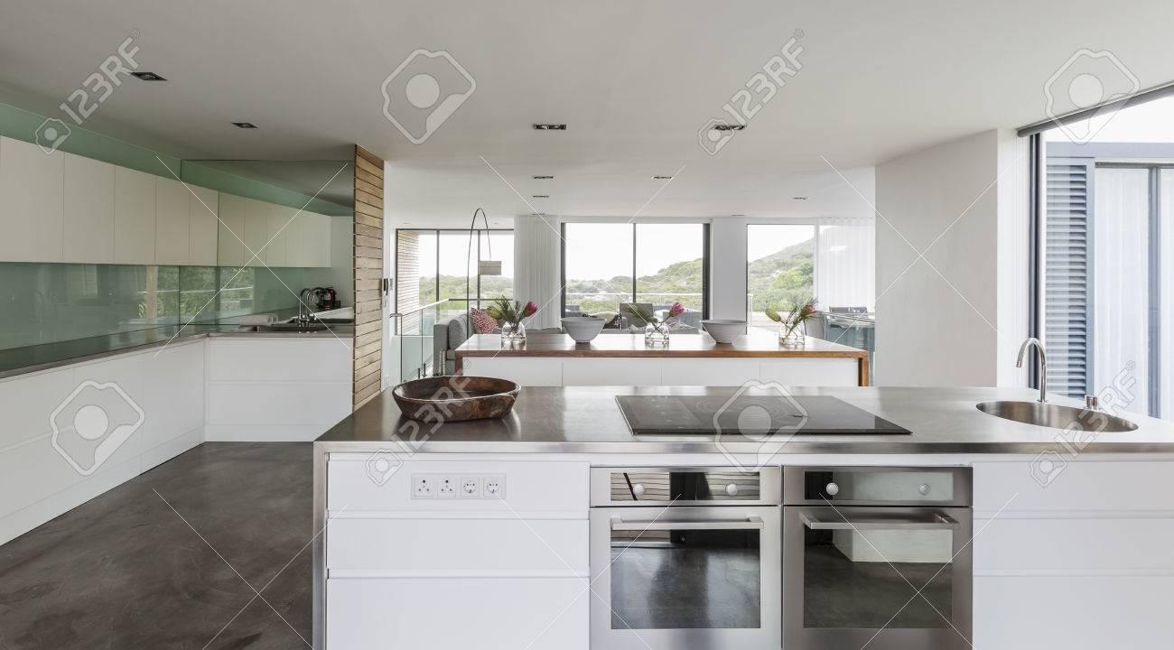 moderne minimalistische home vitrine innenkche lizenzfreie fotos